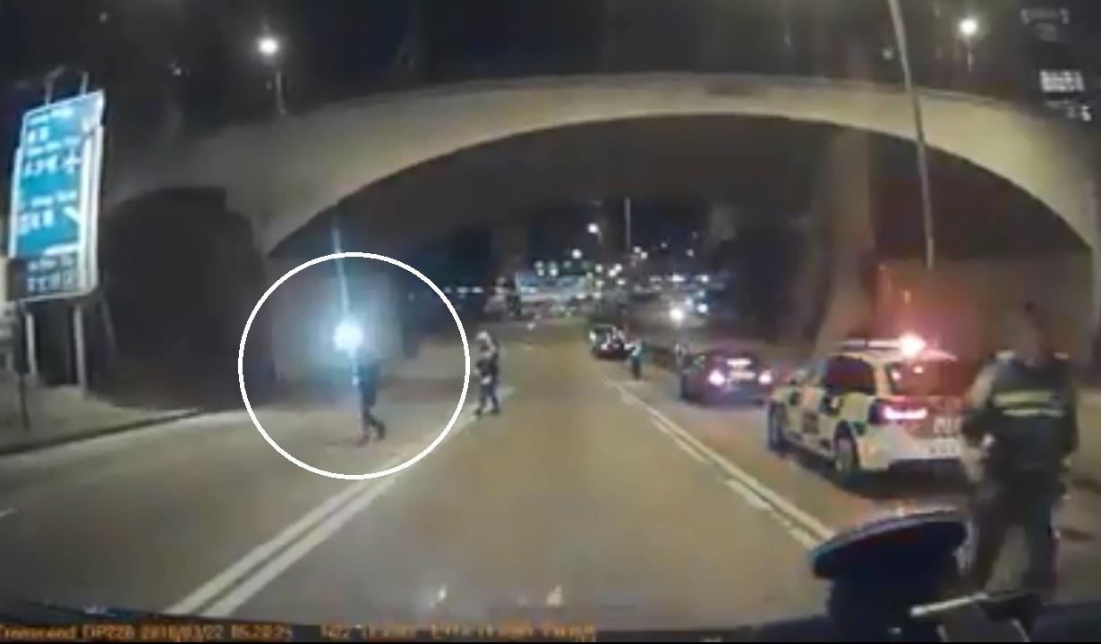 穿黑色外套的相信為殉職交通警員。facebook司機(Carl Wong)圖片