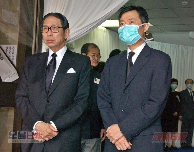 當年感染沙士過身的醫護人員劉永佳出殯,醫管局主席梁智鴻(左)及何兆煒(右)出席致意。資料圖片