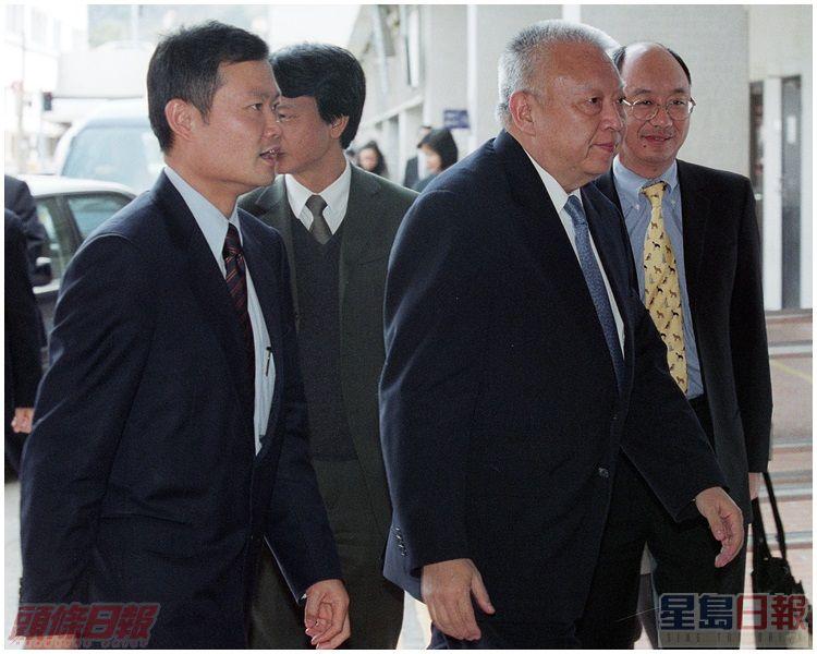 何兆煒(左)曾陪同特首董建華巡視威院探望前綫醫護人員。資料圖片
