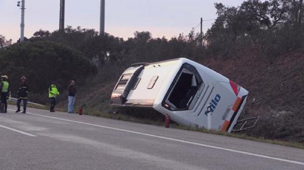 載有中國遊客的旅遊巴在葡萄牙翻側26人傷。網上圖片