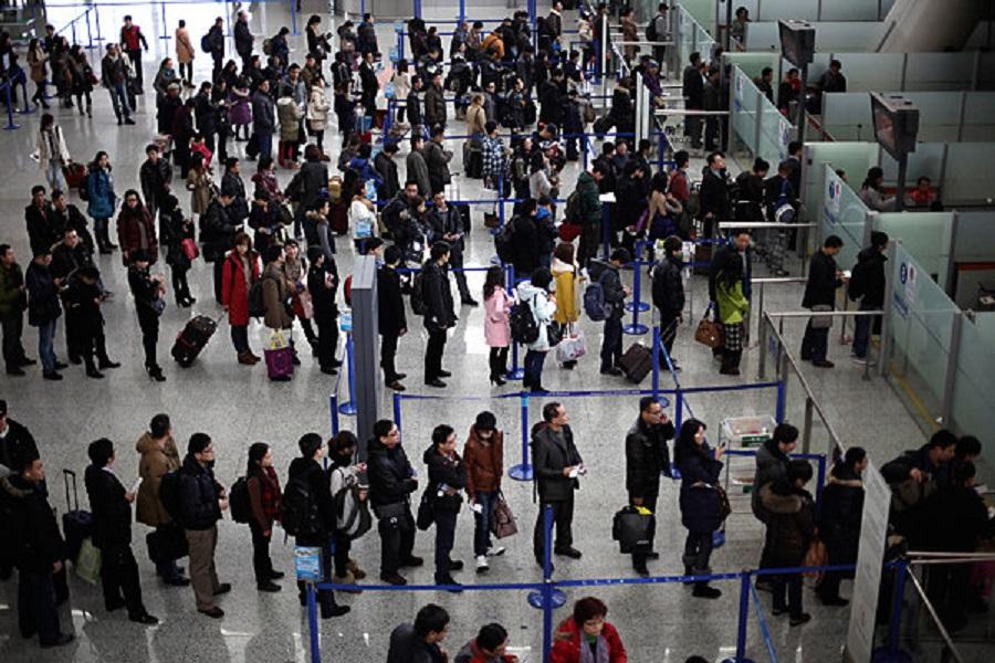 上海將註銷持外國護照的居民戶籍。AP圖片