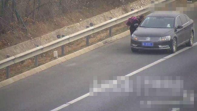 女子不時伸手截車,雖然曾有車輛停下,但最後還是離開。