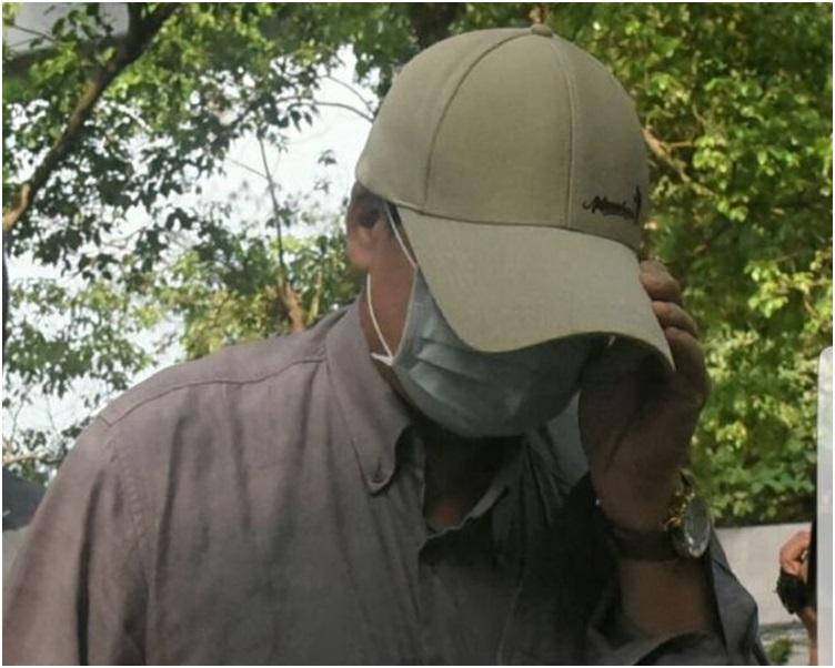 潘父戴上口罩及cap帽,到葵涌殮房認屍。歐陽偉光攝