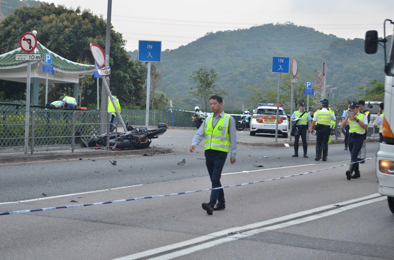 政府化驗所職員到意外現場調查。