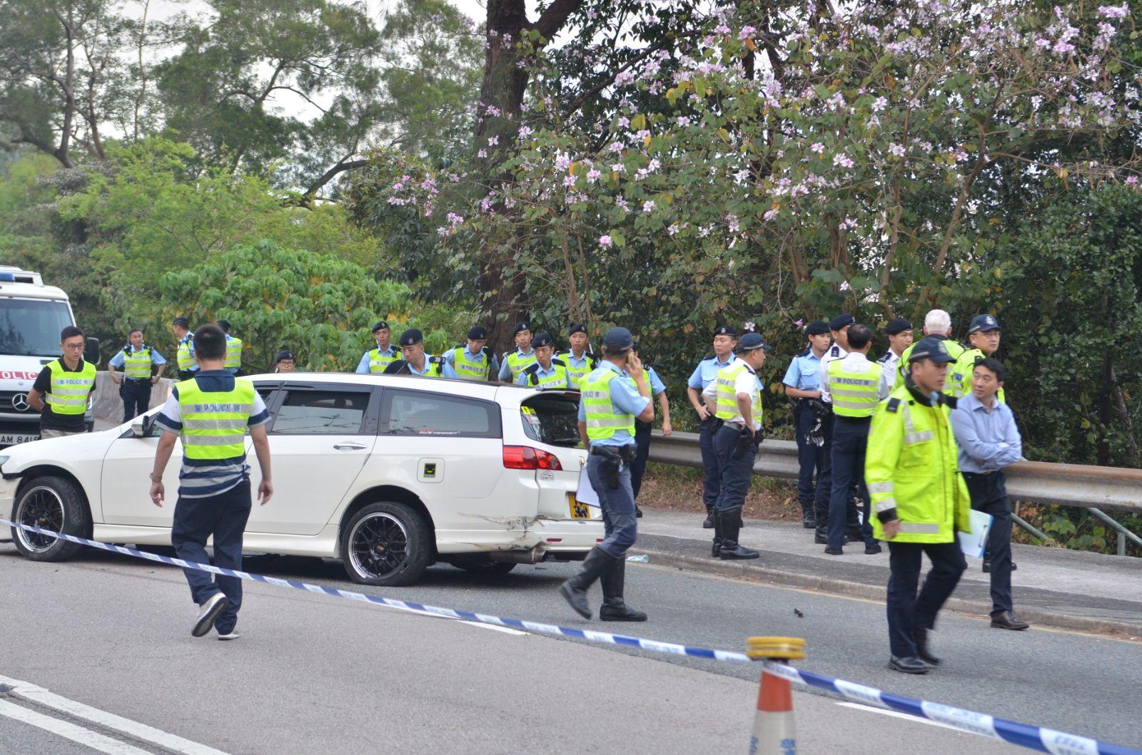 警察機動部隊到場搜尋證物及其他涉及意外的物品。