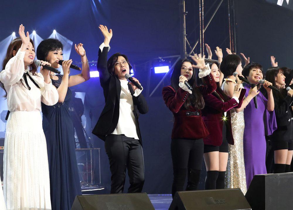 兩韓表演團。