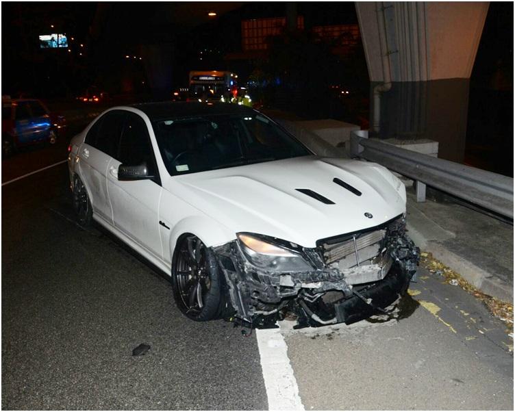 白色平治跑車車頭嚴重損毀。