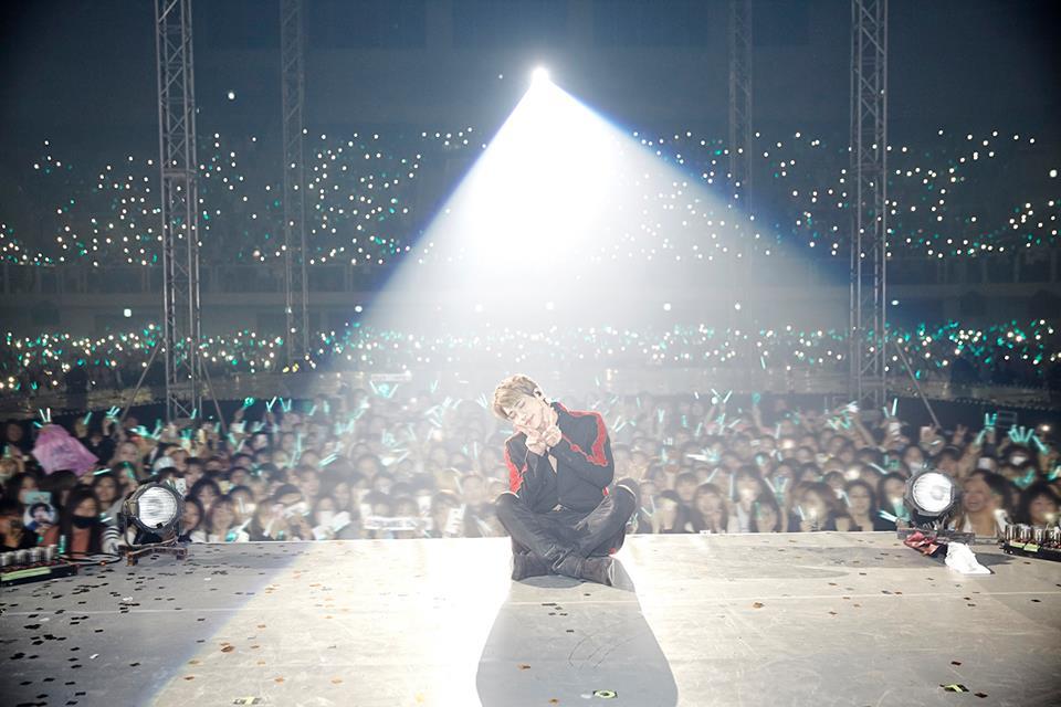 SHINee官方臉書就貼鐘鉉在最後舞台上跟粉絲的合照,讓粉絲更懷念。