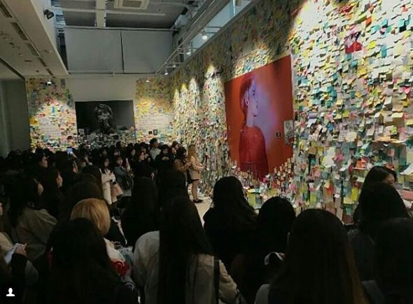 SM大樓的鐘鉉紀念館聚集大批粉絲