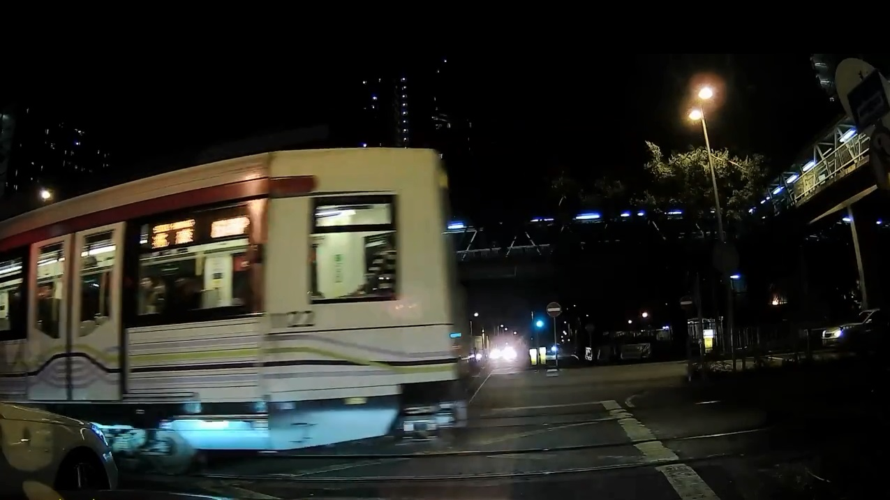屯門輕鐵涉嫌衝燈。fb小心駕駛圖片