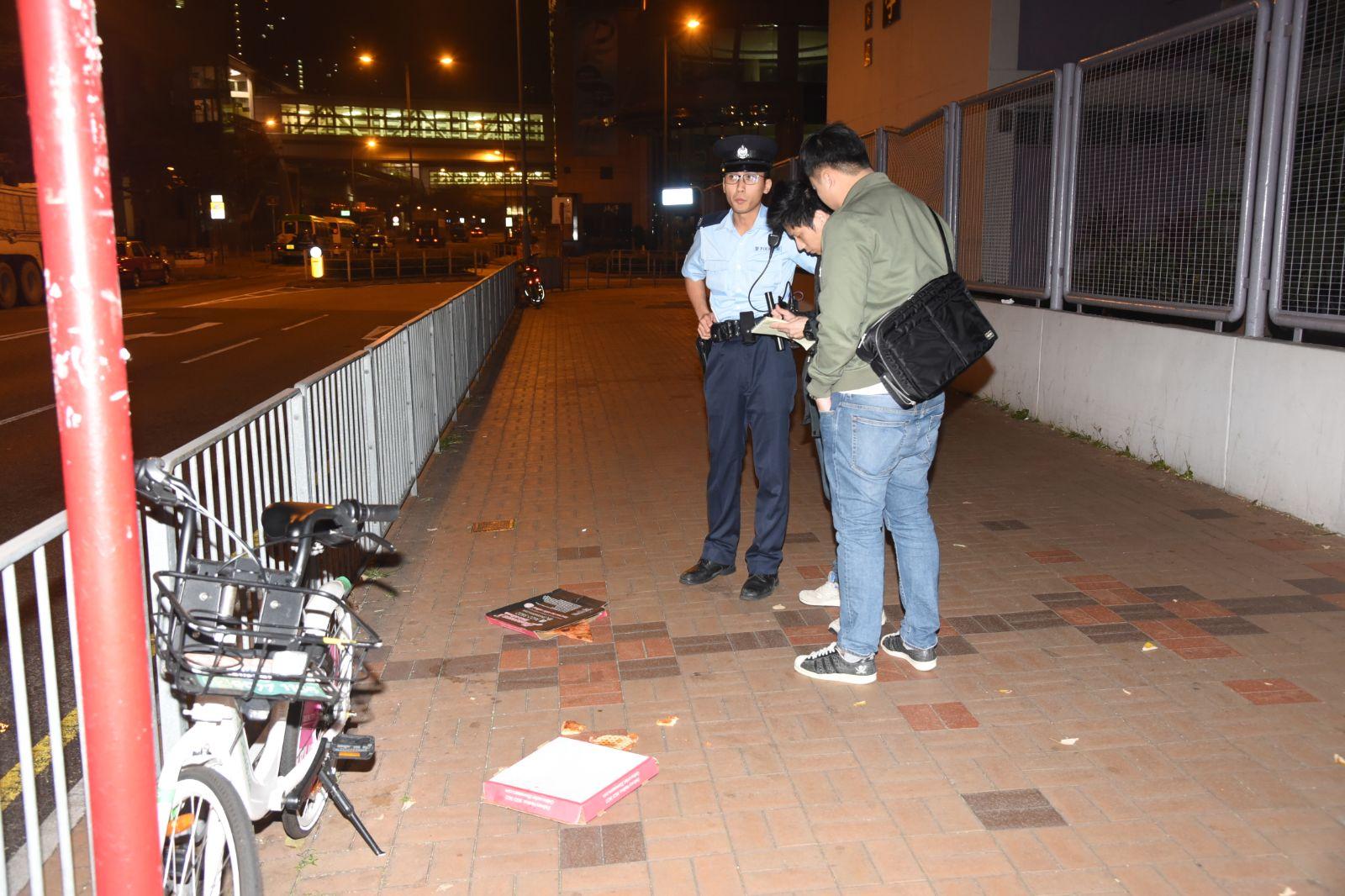 兩名外籍醉酒男子乘的士拒付車資,現場留有pizza。