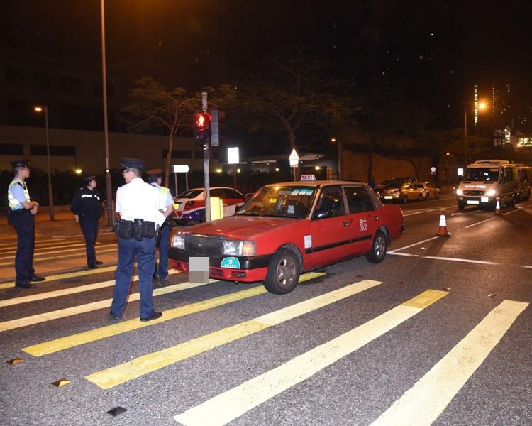 兩名外籍醉酒男子乘的士拒付車資,打傷司機後逃去。