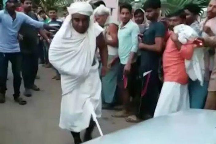 綽號「陰莖巴巴」的僧人在群眾面前,用下體之力拉動汽車30米。