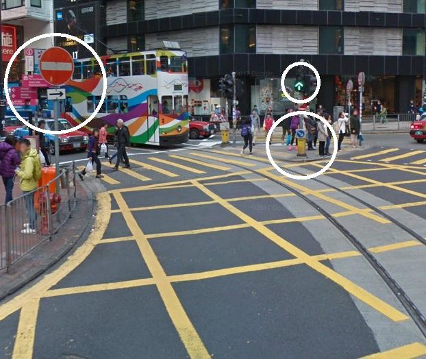 路口位也設有不准駛入路牌、往右面行安全島及直去的交通燈號。網上圖片