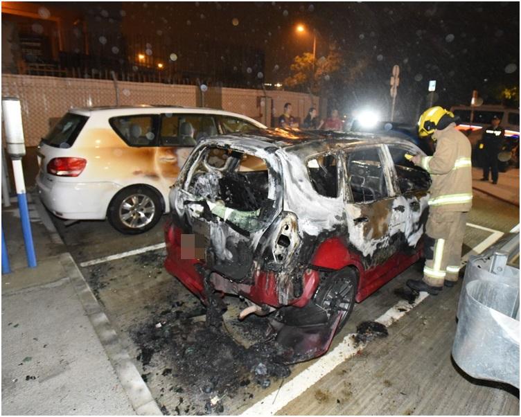 掛中港牌的紅色私家車率先起火。