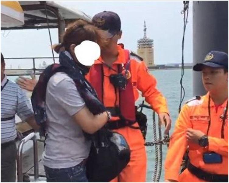 女子當場被海巡署人員拘捕,還一臉錯愕。