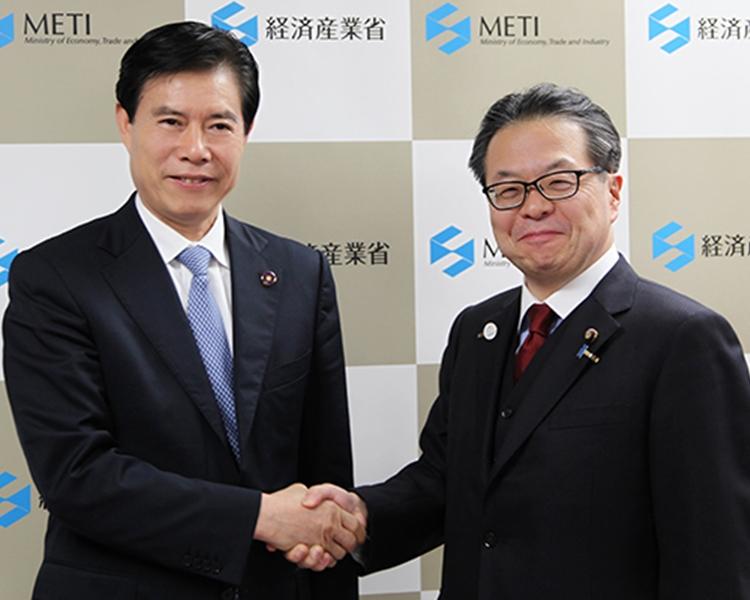 鍾山(左)會見世耕弘成(右)。中國商務部圖片