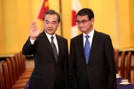 河野太郎(右)與到訪的王毅(左)舉行雙邊對談。AP