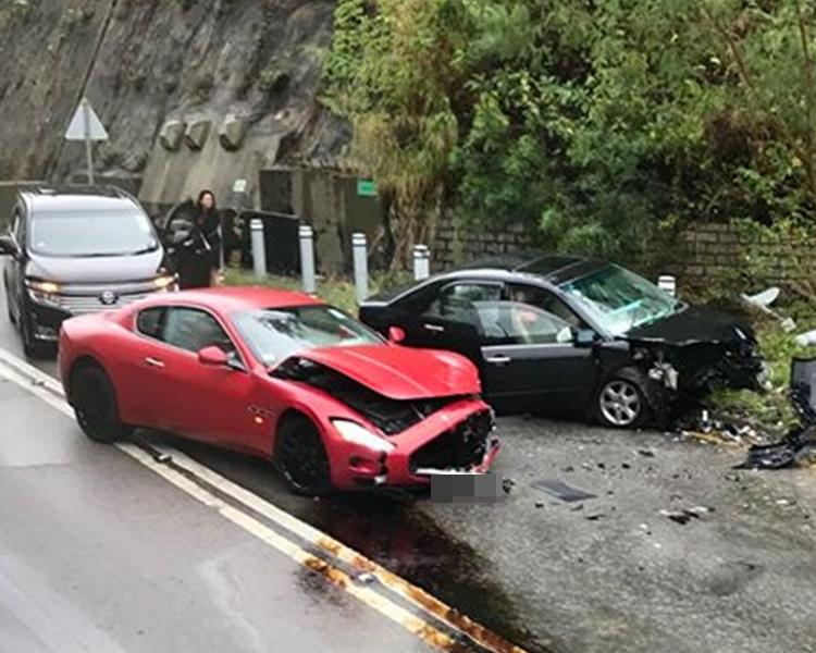 兩車車頭損毀。fb群組香港交通突發報料區圖片
