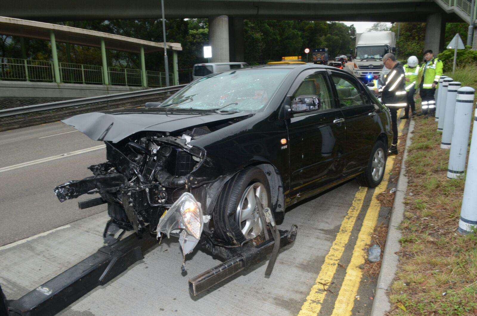 私家車車頭嚴重損毀。 蔡輝楚攝