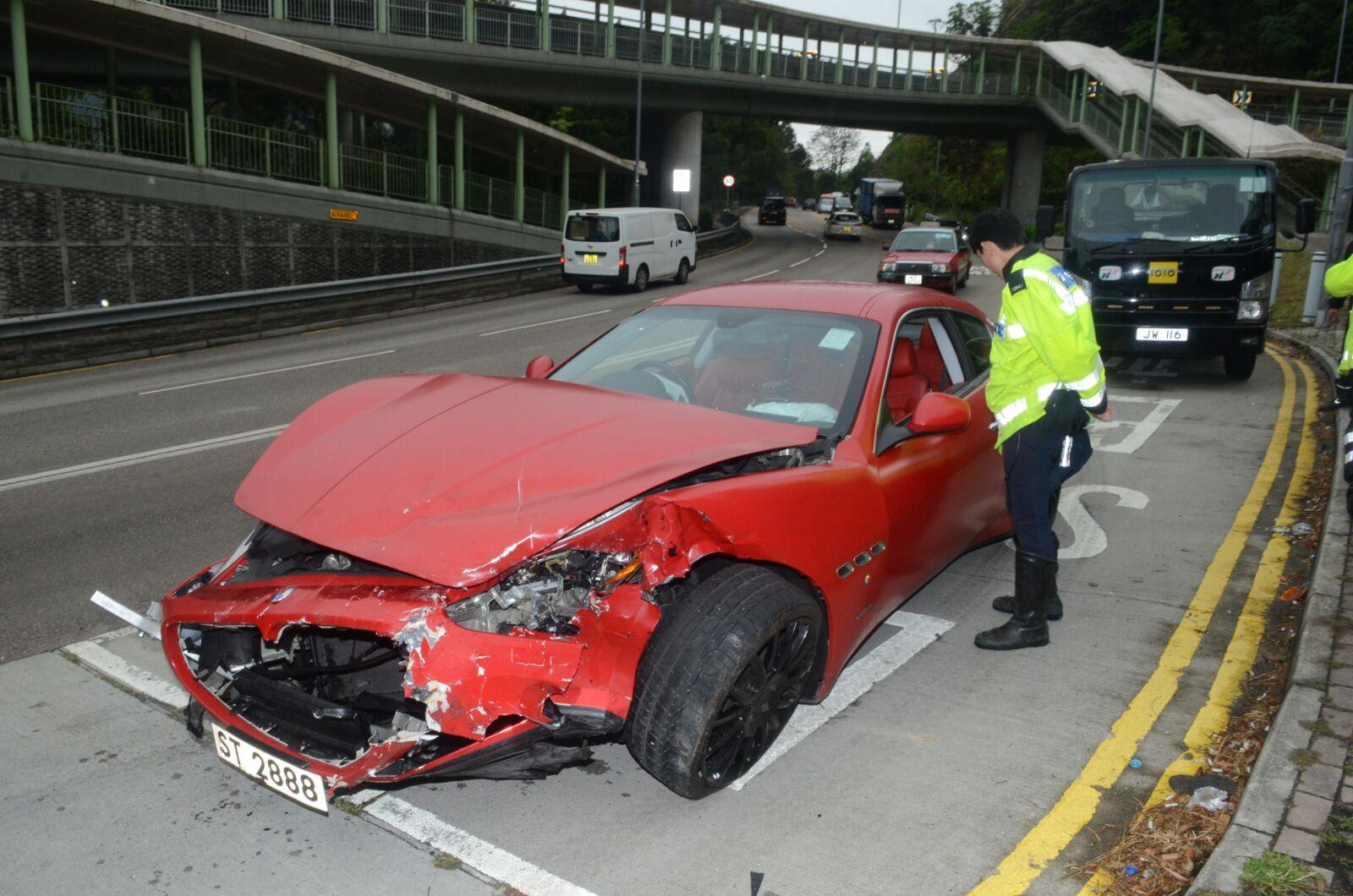 一輛紅色瑪莎拉蒂與沿大埔道出九龍方向,駛近六合村失事與對面線私家車迎頭相撞。 蔡輝楚攝