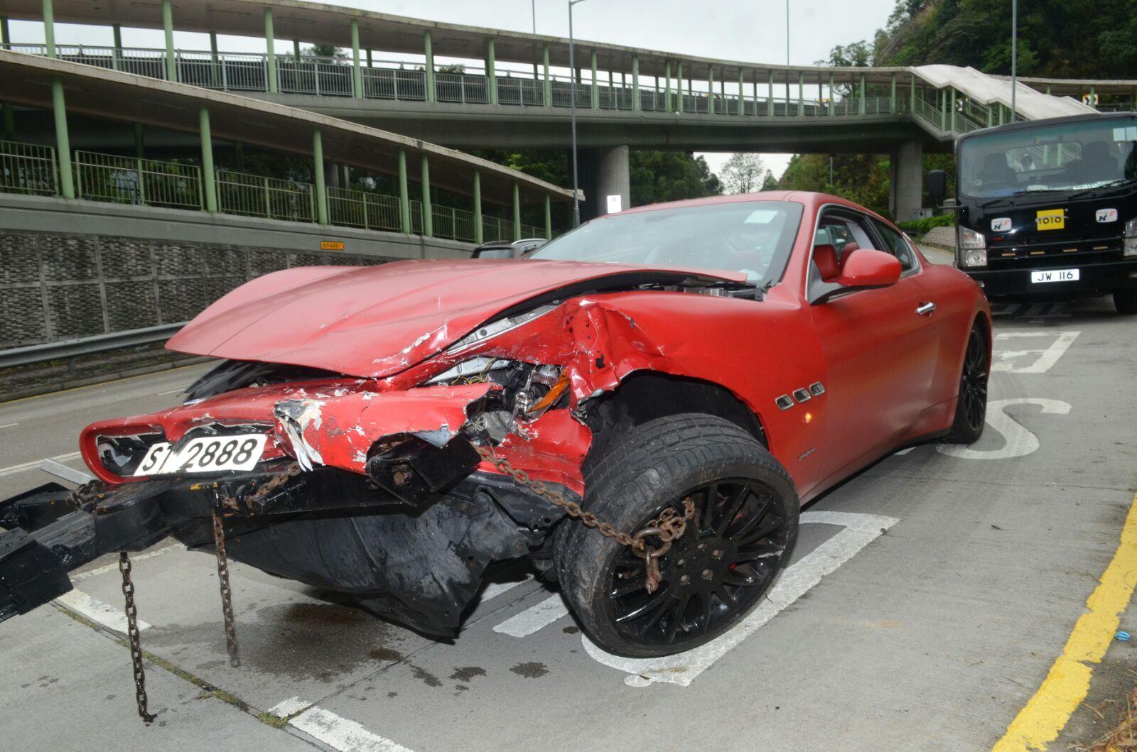 瑪莎拉蒂車頭嚴重損毀。 蔡輝楚攝