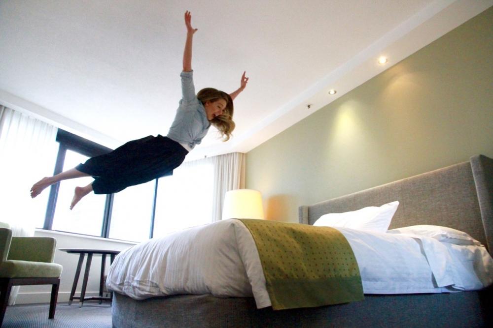 消委會教路,日常應避免坐於床邊或在床上跳動,以免該部分過度受壓。網上圖片