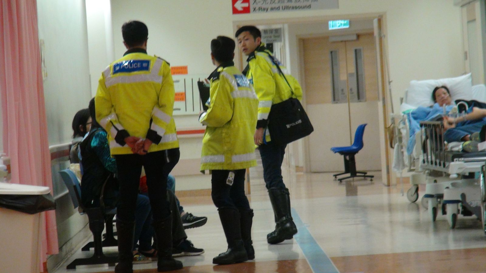 交通警員到威爾斯醫院了解事件經過。 梁峰國攝
