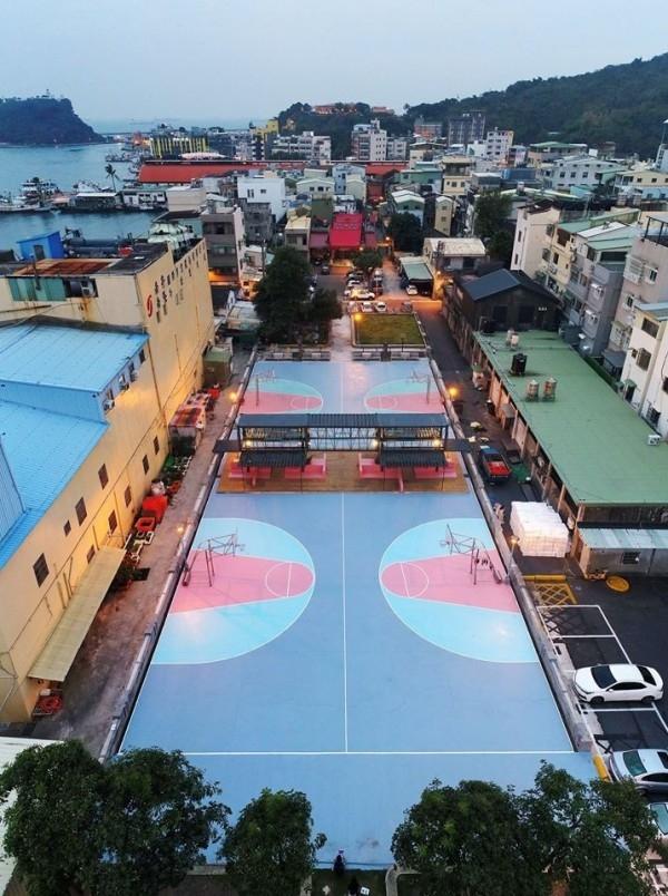 高雄市的「繽紛海濱鬥牛場」日前榮獲建築獎,不過球場比例不但不標準,籃球架竟還放在球場禁區內,引發網民質疑。(網圖)