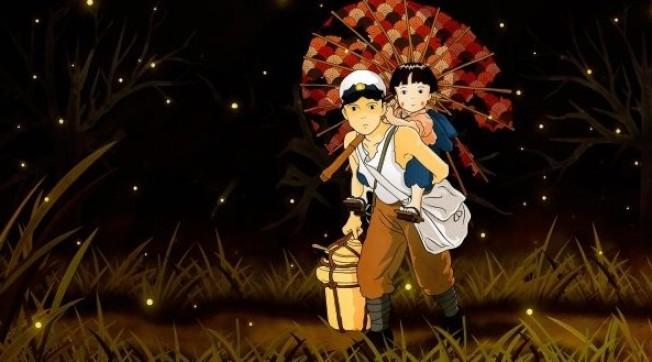 《再見螢火蟲》以神戶大空襲作為故事背景,作者帶著滿身懊悔的心情,將失去妹妹的親身經歷撰寫成小說。