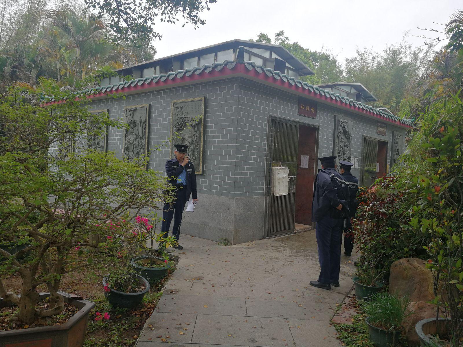 警方接報到場後,正了解事發經過及調查。 梁峰國攝