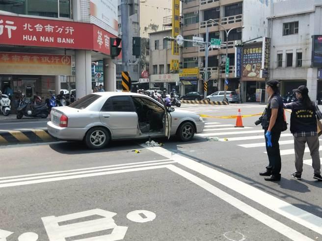 台南市警方埋伏通緝犯,嫌疑犯開車拒捕拖行員警,警方開槍制止,嫌犯中彈送醫身亡。(網圖)