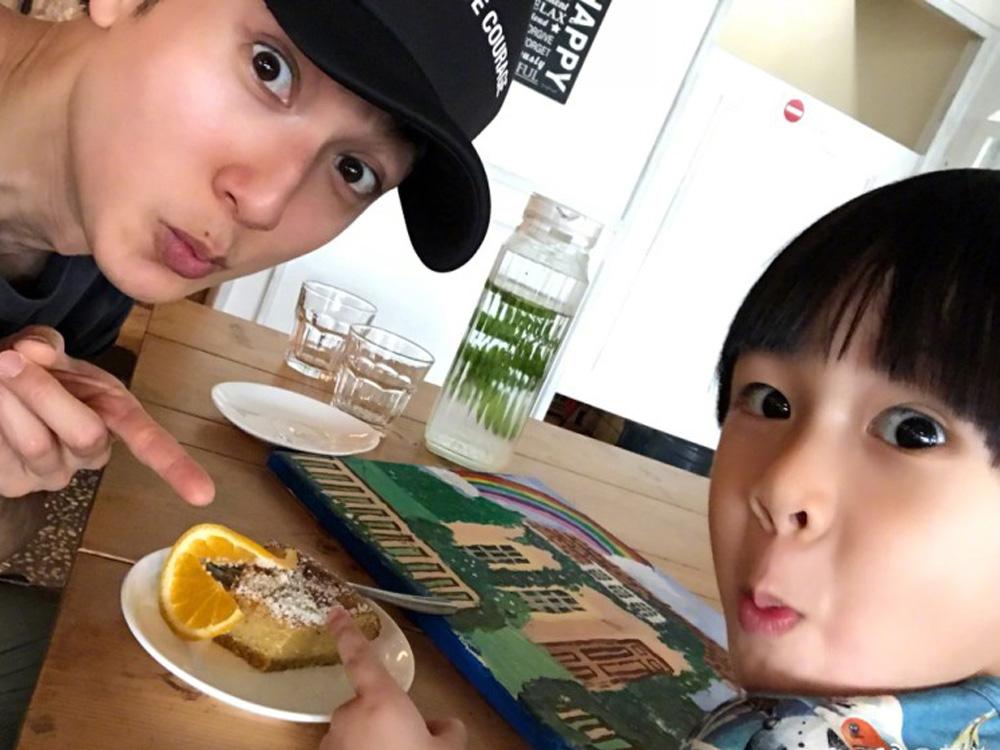 兩父子撇低NeiNei去嘆早餐。