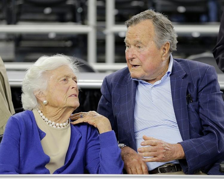 芭芭拉(左)與老布殊於1945年結婚。AP