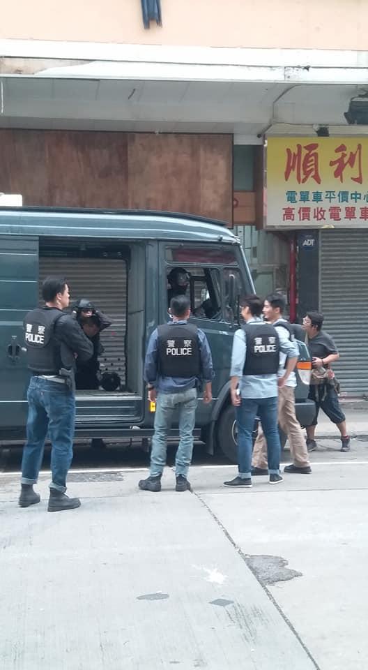 現場附近有電影攝製隊正在拍攝警匪場面。網民Kenlee Lee攝。