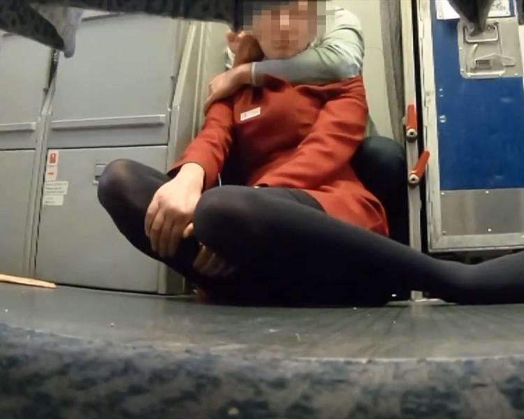 一名空姐被挾持。片段截圖