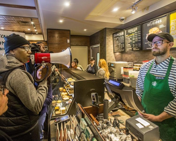 示威者事後湧入涉事咖啡店,高喊口號。AP