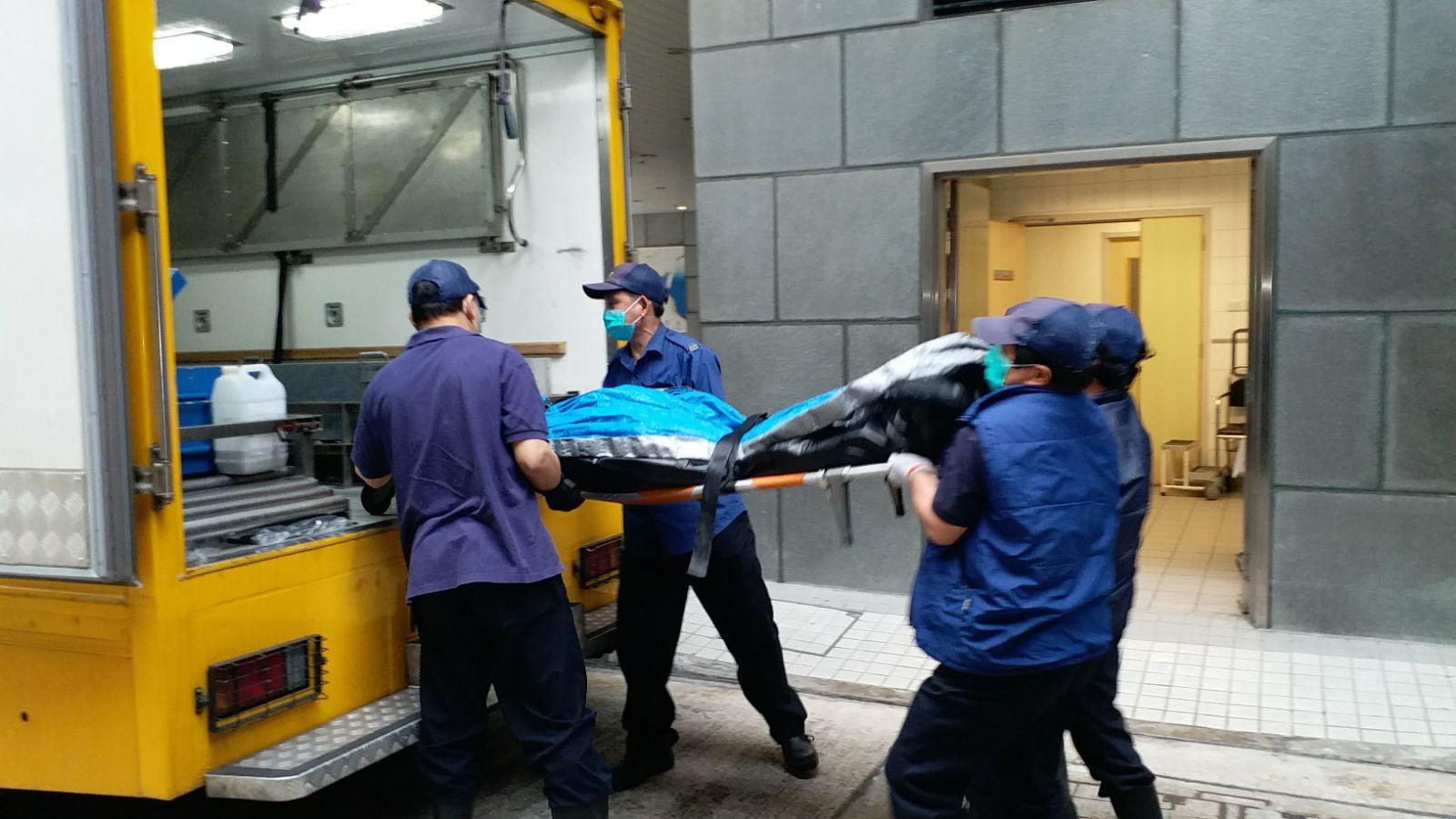 仵工下午到場將遺體運走。 李子平攝