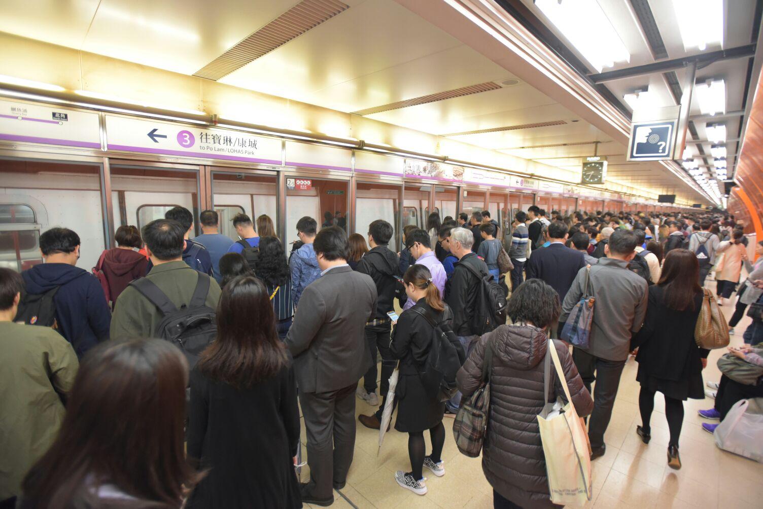 大批乘客在月台等候。黃文威攝