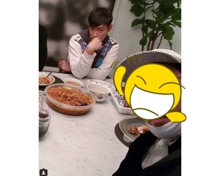 T.O.P跟友人食飯合照