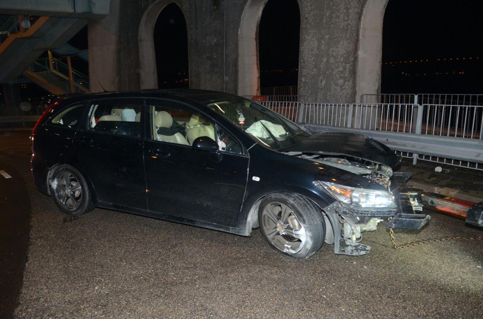 私家車在深井迴旋處撞欄。蔡楚輝攝