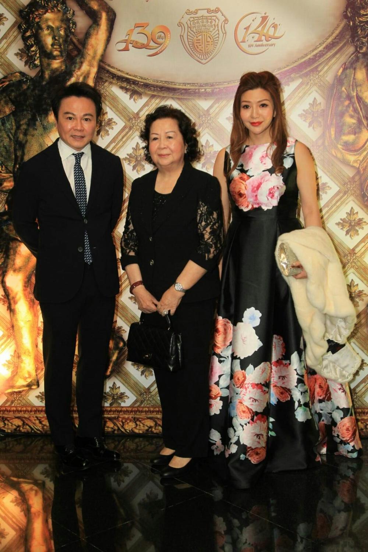 鄧鉅明與太太鄧宣宏雁出席晚宴。