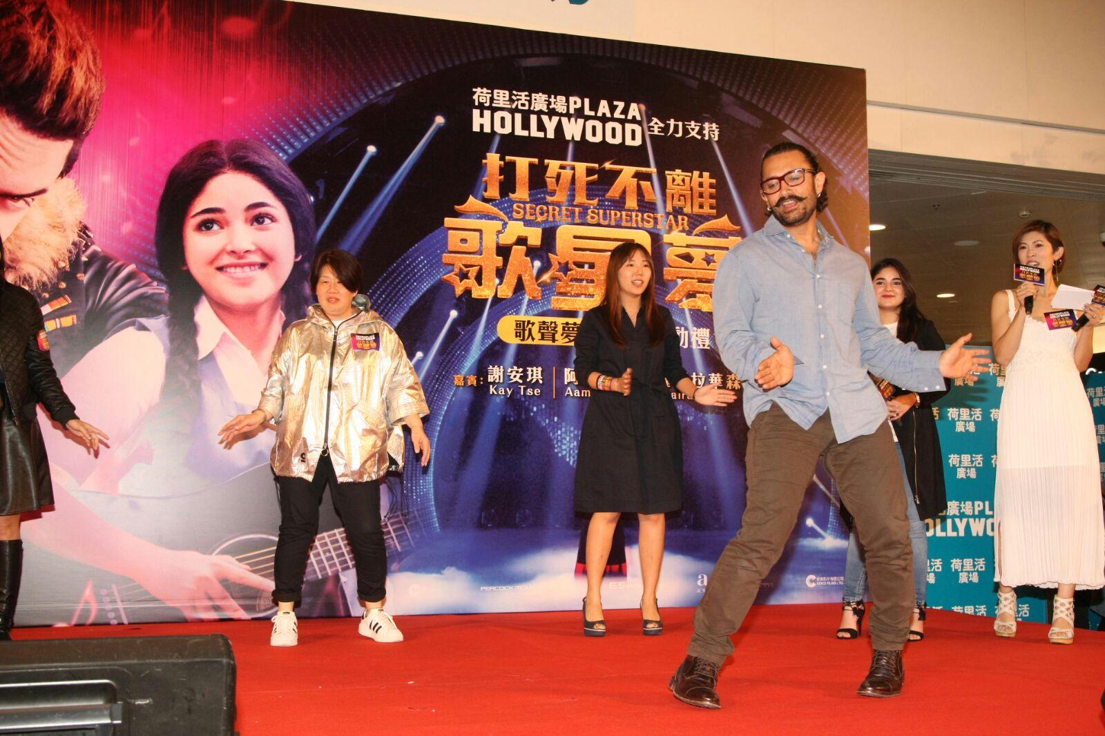 阿米爾汗和粉絲玩遊戲時,大跳Bollywood舞蹈。
