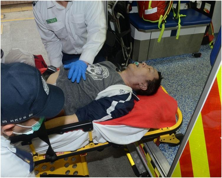 救護員到場將男子救出送院。