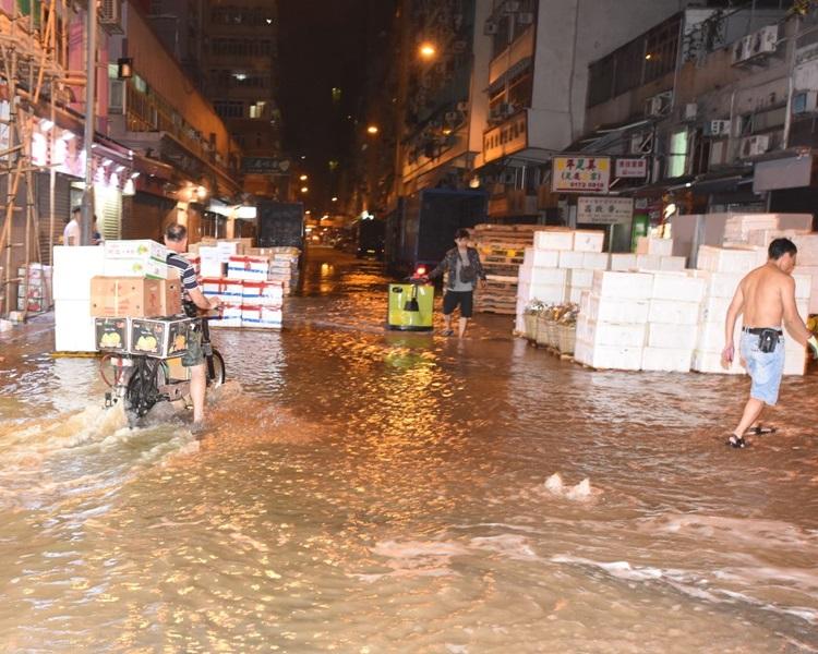本港不時爆水管,令街道變成「黃河」。資料圖片