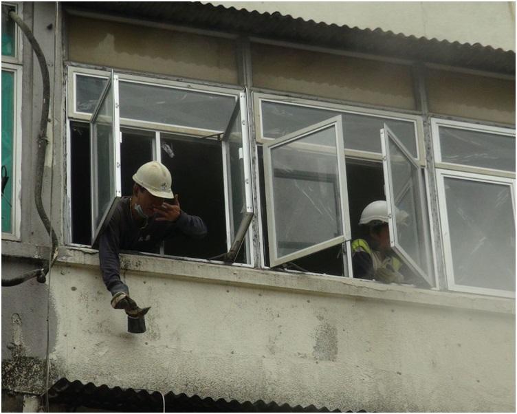 走到窗前向外揮手求助。梁國峰攝