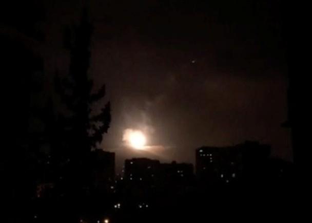 敘利亞空軍基地今天傳出新一波空襲,敍利亞軍方稱攔截了多枚導彈。(網圖)