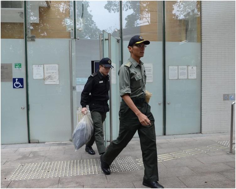 懲教署人員(左)及南韓領事館職員(右)前往辦理認屍手續。歐陽偉光攝