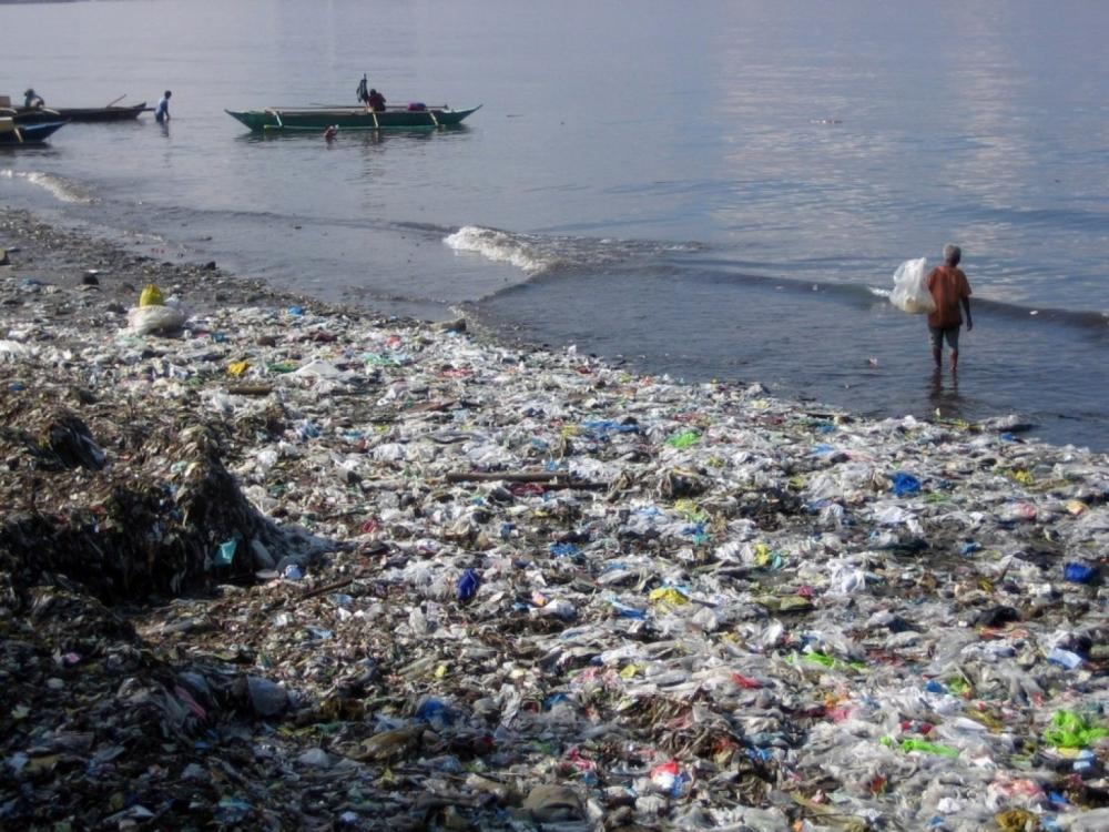 每年有800多萬噸塑膠倒入全球海洋。AP圖片