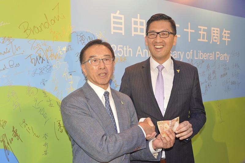 田北俊昨在周年酒會上,高調捐出1000元,以支持民主黨的眾籌活動。